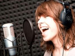 Работа вокалиста с микрофоном в студии звукозаписи