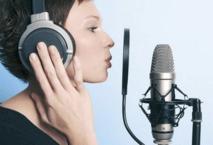 вокалист с микрофоном в студии звукозаписи