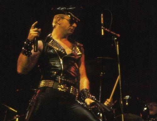 Вокалист Rob Halford в металлическом стиле