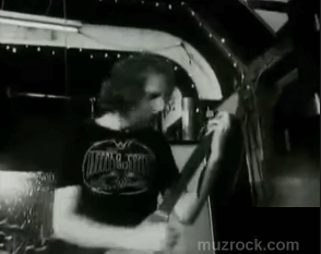 Роб Лон Хаус на воображаемой гитаре в The Bandwagon (доме звука хеви металла)