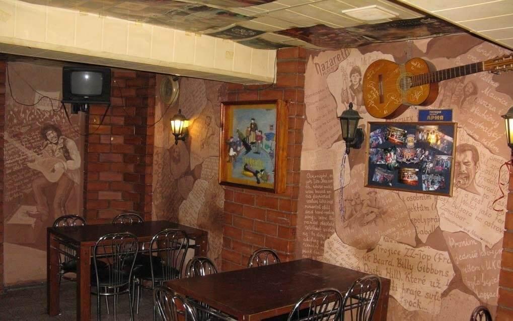 Деревянные столики в клубе